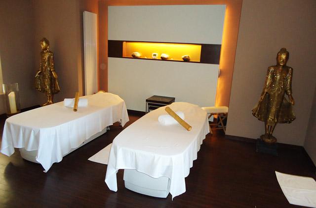 Wellness-Bereich mit Massage Liegen und asiatischem Flair