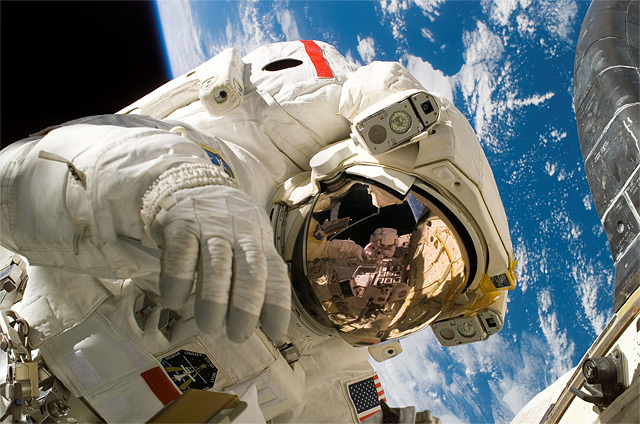 Astronaut im Weltall beim Weltraumspaziergang