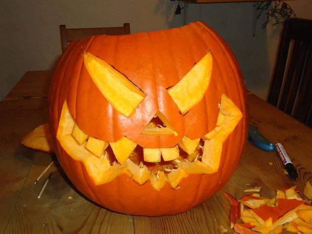 Halloween Kürbiskopf ausschneiden