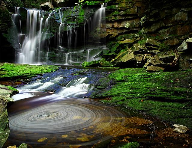Wasserfall in Schiefer-Schlucht mit Wasserkreisen - Fotograf: Forest Wander